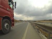 Truck überholt in Baustelle in der Türkei.