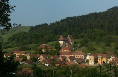 Kleine Ortschaft mit Wehrkirche